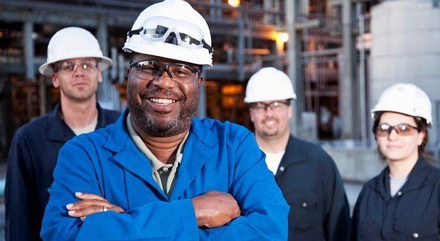 Travailleurs manufacturiers qui utlisent un système pneumatique